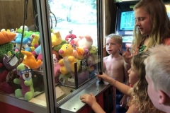 Kiralyn-playing-the-claw-machine-with-crowd